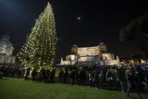 Albero di Natale, a Roma il più brutto d'Italia: Raggi tenta il restyling ma...