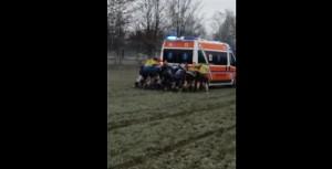 YOUTUBE Ambulanza impantanata: partita rugby interrotta, tutti a spingere