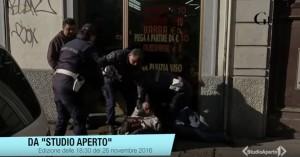 YOUTUBE Picchia la moglie in strada a Milano: polizia lo arresta in diretta tv