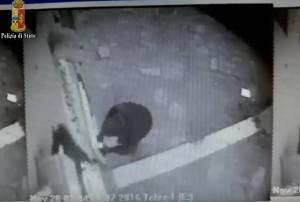 Bomba alle Poste di Torino non esplode: videocamera riprende attentatore