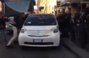 Roma, stazione Termini: bus bloccato, passanti spostano auto in doppia fila VIDEO