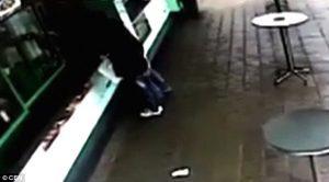 VIDEO YOUTUBE Auto impazzita piomba nel ristorante. Due donne...