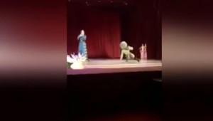 YOUTUBE Ballerino muore sul palco, pubblico applaude e ride