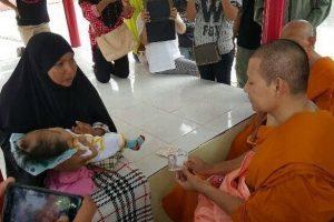 Bambina nata cieca, senza cranio, col labbro leporino, è islamica, la cura un monaco buddista