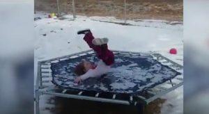 YOUTUBE Bambina salta sul tappeto elastico, ma qualcosa va storto...