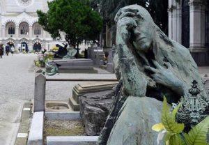 Cofienza (Pavia), rubati gioielli da una bara al cimitero: caccia ai ladri