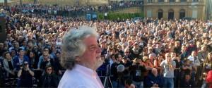 """Grillo denuncia Renzi: """"abuso credulità popolare"""". Lui sì che se ne intende"""