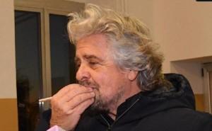 """YOUTUBE Beppe Grillo: """"Se vince Sì lo accetto"""". E fa la prova matita..."""