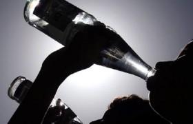 Bere troppa acqua può causare una overdose <br /> Sintomi e pericoli: nausea, vomito, mal di testa