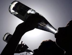 Bere troppa acqua può causare overdose. Sintomi e pericoli