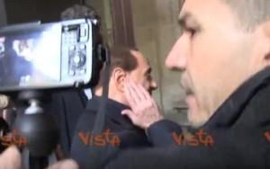 YOUTUBE Berlusconi colpito da un microfono fuori dal seggio