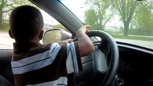 """Investe e uccide pedone. Ha 11 anni e ha """"imparato"""" a guidare online"""