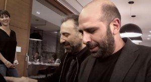 Checco Zalone e Stefano Bollani suonano Azzurro al piano VIDEO