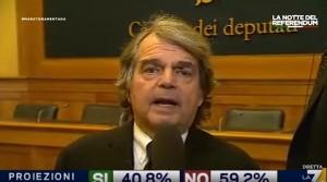 Brunetta parla vicino al giornalista e gli arriva alla spalla