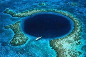 Great Blue Hole, la voragine blu nel mezzo del mare dei Caraibi in Belize