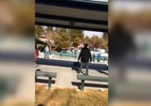 """VIDEO YOUTUBE Minaccia compagni di scuola col coltello, polizia gli spara: """"Era vittima di bulli"""""""