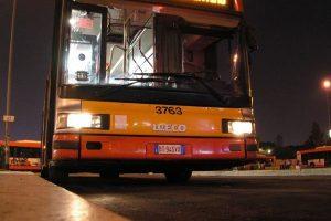 Roma, bus senza controllo in via Oderisi da Gubbio: tre feriti