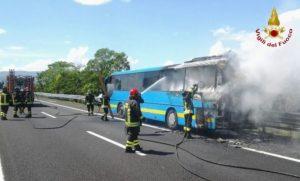 Salerno, bus con studenti prende fuoco in autostrada: nessun ferito