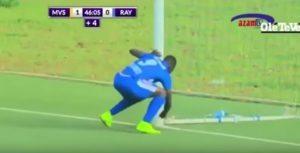 VIDEO YOUTUBE Ruanda, calciatore fa stregoneria al palo. Rischia linciaggio, poi segna...