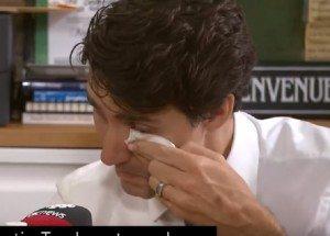 """Il profugo siriano: """"Orgoglioso di essere canadese"""". E Trudeau scoppia a piangere"""