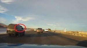 YOUTUBE Mette la testa fuori dal finestrino: cane cade in mezzo all'autostrada