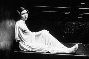 Morta affogata nella luce della luna, strozzata dal mio reggiseno: ecco il necrologio che Carrie Fisher avrebbe voluto