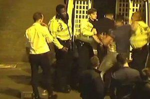 Agente riceve cazzotto a freddo durante arresto: mascella fratturata