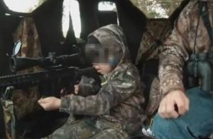 A 7 anni uccide il suo primo cervo, padre si complimenta con lei