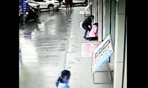 YOUTUBE Tenta di rubare la borsa a una ragazza: ladro pestato da passante