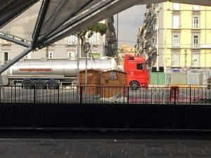 Napoli, autocisterna abbandonata alla stazione: scatta allerta terrorismo ma...
