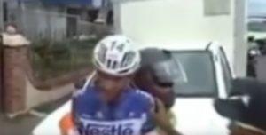 Rissa al Giro del Costa Rica: ciclista prende a calci collega, scoppia la rissa
