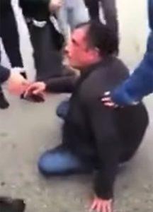Padre vuole difende figlio e viene pestato a sangue dai bulli