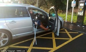 Gamba rotta, parcheggia nel posto disabili: torna e trova la multa