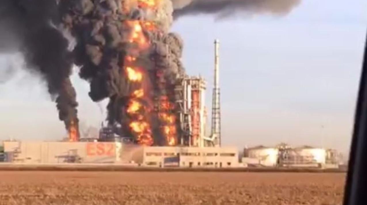 Sannazzaro. Scoppia una pompa fiamme e fumo alla raffineria Eni: due intossicati