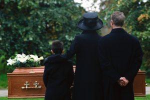 """Funerali, quanto costano? 2500 euro, 1700 """"ricaricati"""""""