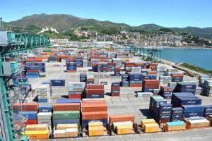 Genova, 2mila tir ostaggio del maltempo: forte vento blocca scarico merci al porto