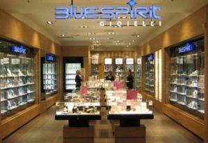 Bari, rapina in gioielleria: panico nella galleria Auchan