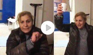 Giovanna Tavani, preside Ercolano fa gesto dell'ombrello dopo vittoria No al Referendum VIDEO