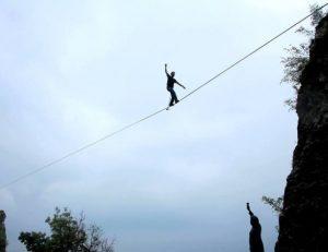"""Slackline, corda tesa tra i monti. E' allarme: """"Pericolo per gli elicotteri"""""""