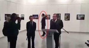 YOUTUBE Ankara, killer passeggia, sistema la giacca e spara all'ambasciatore russo