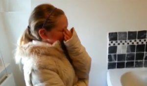 Le lacrime di gioia di una bambina cui papà ha regalato un cane fanno dimenticare quelle della Raggi
