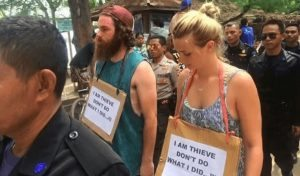 """""""Sono un ladro, non fate come me"""": camminata della vergogna di due turisti in Indonesia"""