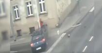 Un'auto a tutta velocità <br /> Lampione salva la donna