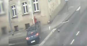 YOUTUBE Auto a tutta velocità, lampione salva la donna...