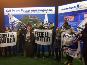 Festa di laurea di Valeria Fedeli: evento degli studenti in autogrill A1