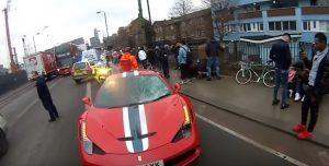Londra: Ferrari travolge studenti sul marciapiede, sei feriti
