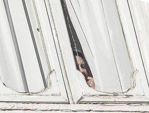 Matteo Renzi, la foto dell'ultima sbirciata dalla finestra di Palazzo Chigi