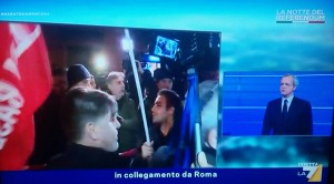 "Referendum, manifestanti con fumogeni sotto Palazzo Chigi: ""Renzi vattene"""