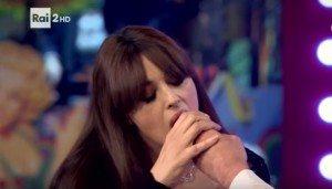 Monica Bellucci succhia il dito a Mika in diretta