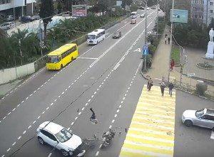 YOUTUBE Incidente stradale clamoroso: moto travolta dal suv